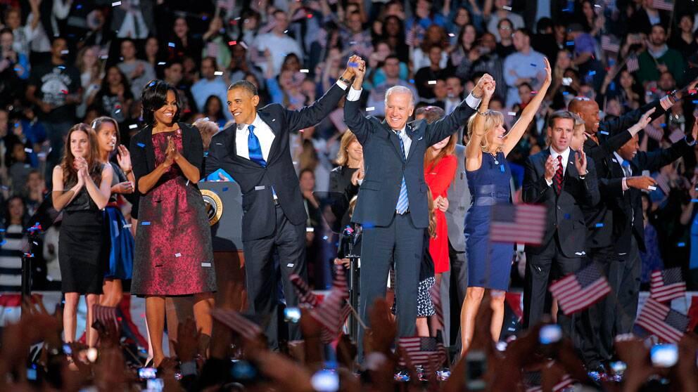 President Obama på scen tillsammans med frun Michelle, vicepresident Joe Biden och hans fru Jill.