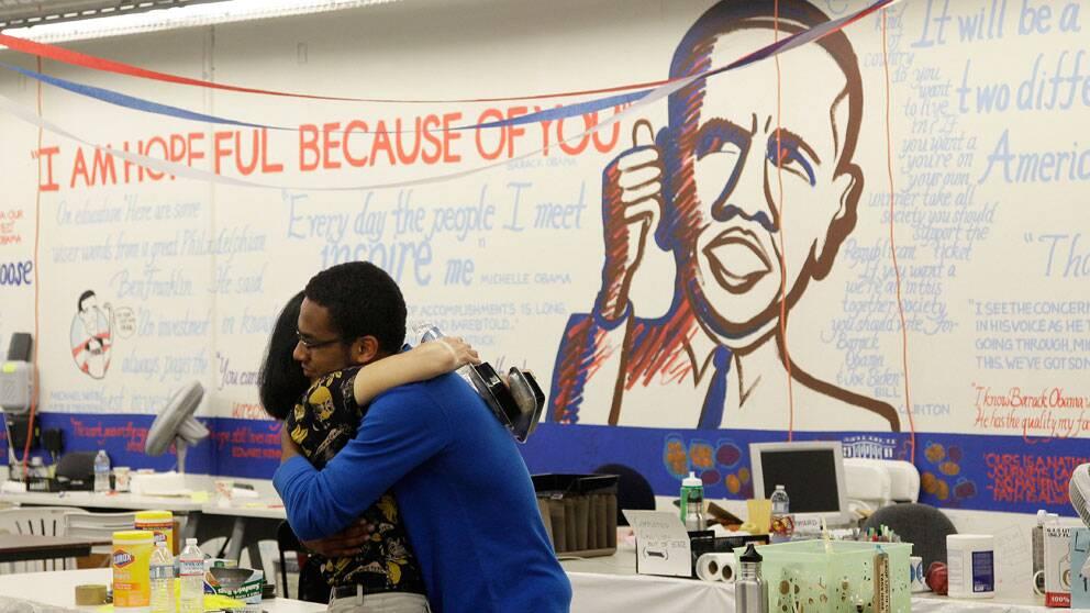 Arbetare från Obamas valkampanj glädjs tillsammans i kampanjlokal i San Fransisco.