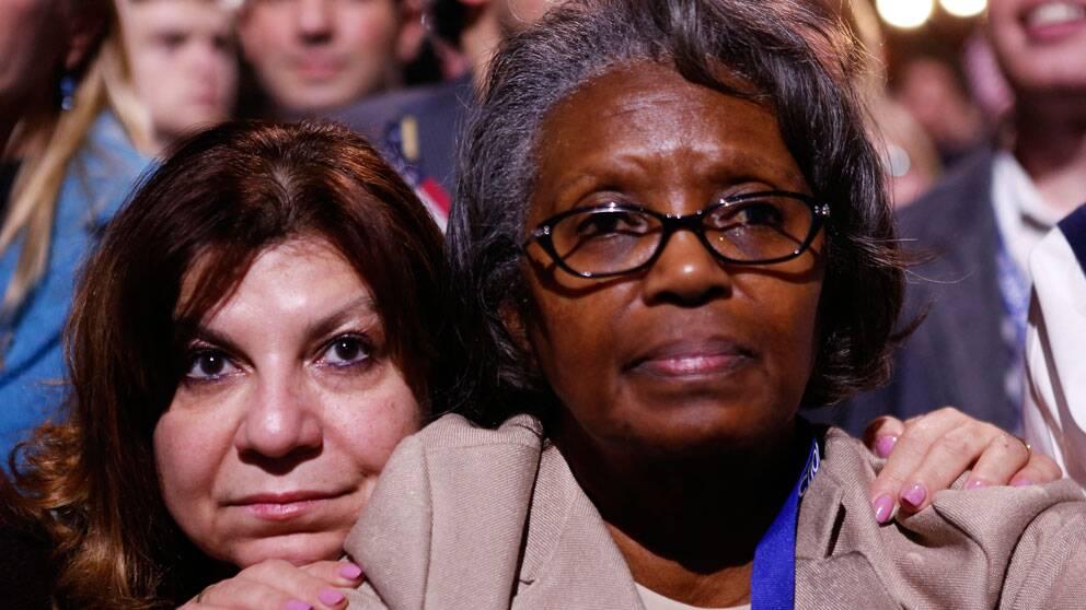 Obamas supportrar blickar upp mot sin omvalde president, Chicago.