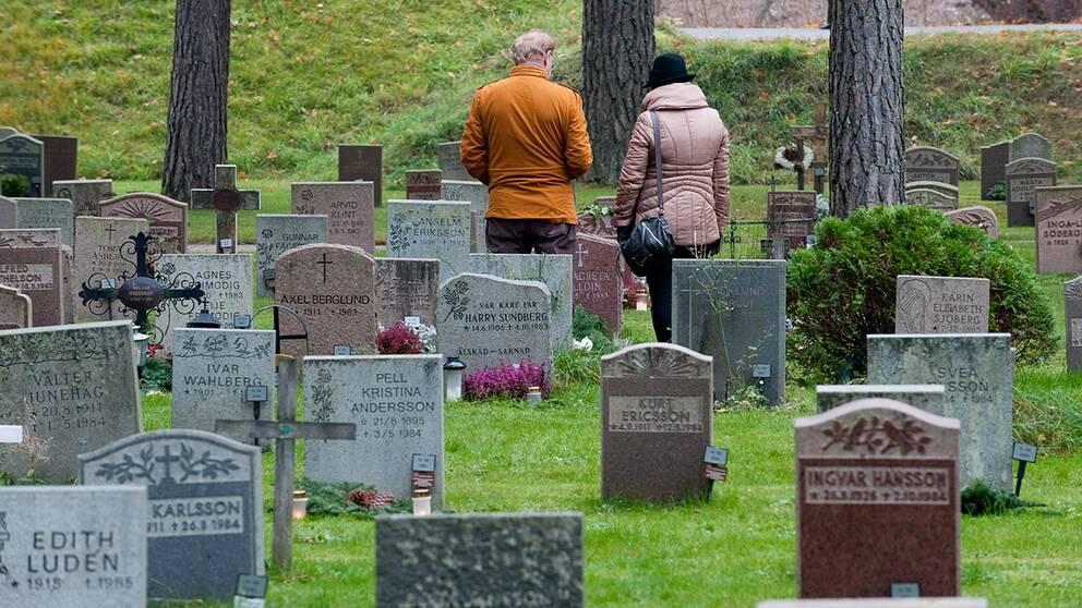 Med hjälp av en QR-kodsbricka som man fäster på graven kan du med din smartphone läsa mer om vem som ligger där.