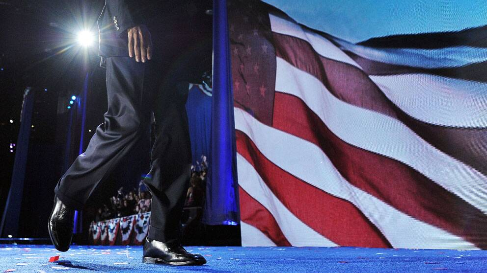 Omvalde presidenten Barack Obama lämnar scenen efter sitt segertal i Chicago.