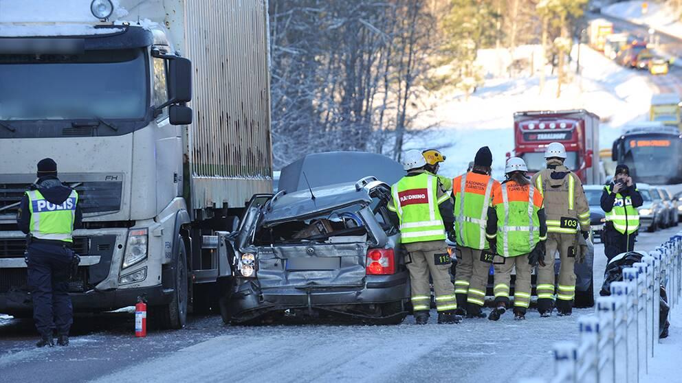 Tre till sjukhus efter trafikolycka pa e18