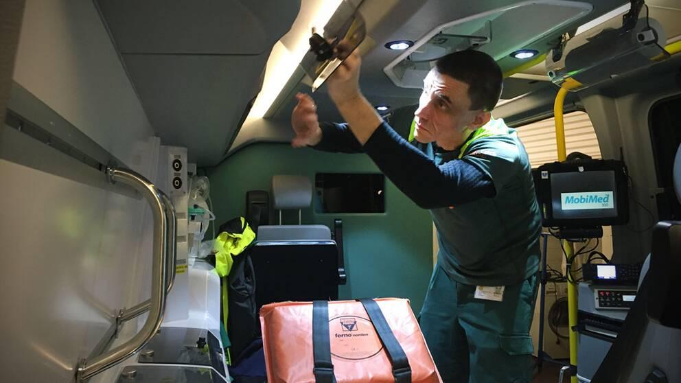 Ambulanssjuksköterskan Mikael Lashari sparkades i huvudet av en patient.