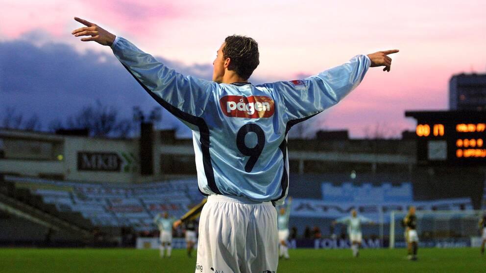 """I dokumentären """"Den unge Zlatan"""" skildras fotbollsikonen som ung. Här har han precis gjort 2 – 0 i en match mellan Malmö FF och AIK i oktober 2001, 20 år gammal."""