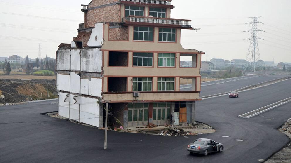 Vägen till stationen i staden Wenling i Kina fick dras runt det här huset eftersom det äldre paret som äger huset inte ville sälja.