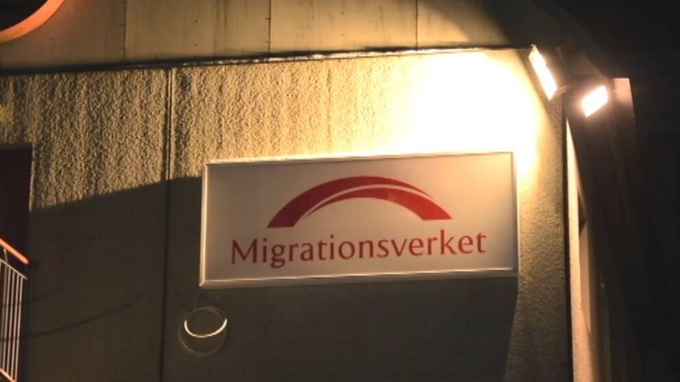 skylt med texten Migrationsverket på en vägg med belysning.