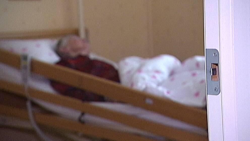 Linnea ligger i sin säng efter att ha kommit hem efter sjukhusvistelse i stället för korttidsboende