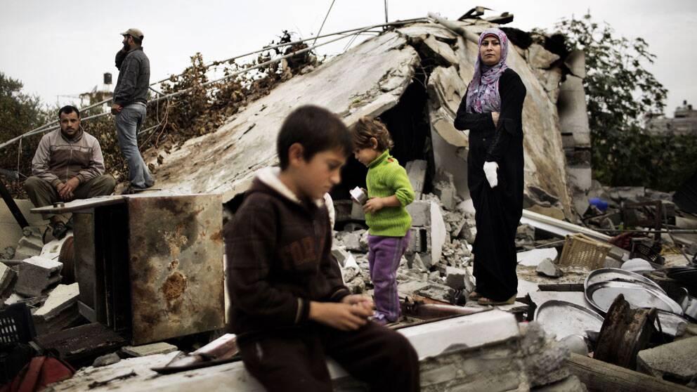 En palestinsk familj återvänder till sitt demolerade hem i Gaza.