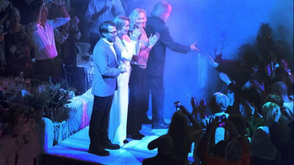 De fyra abborna Anni-Frid, Björn, Benny och Agneta på scen tillsammans för första gången sedan 1982