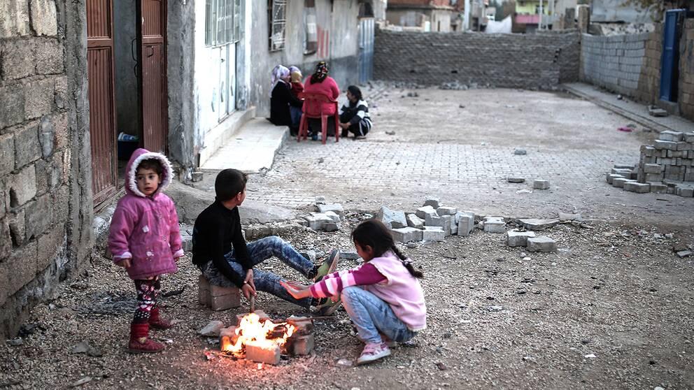 Barn leker nära PKK:s barrikaderingar i Nusaybin i Turkiet. Arkivbild.