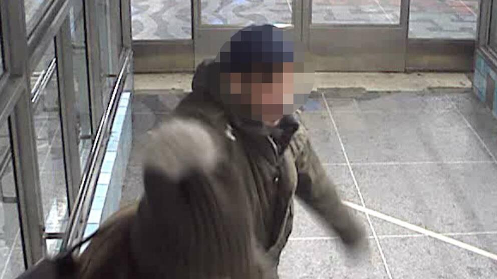 Man misstänkt för att ha sporttat och misshandlar en kvinna på tunnelbanestation.