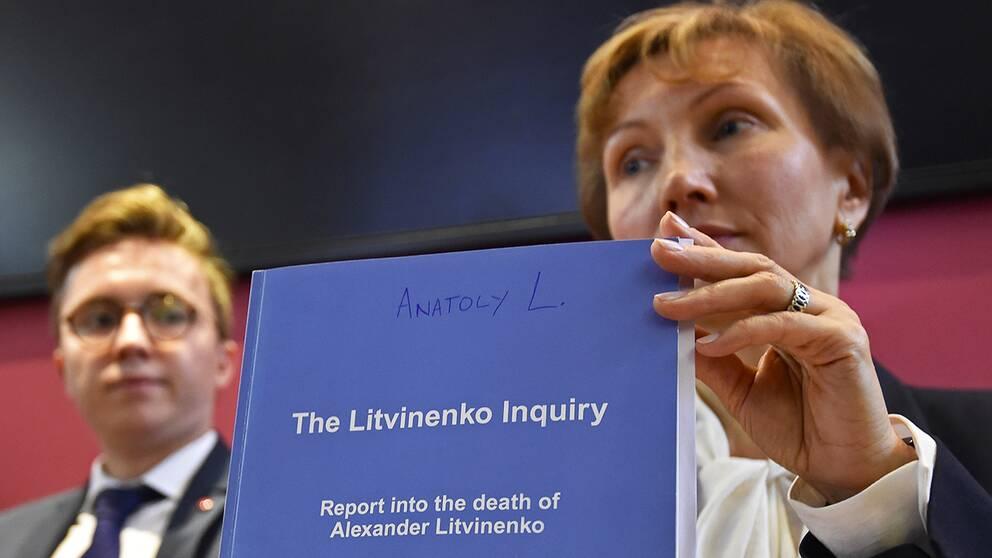 Marina Litvinenko håller upp en kopia av rapporten.