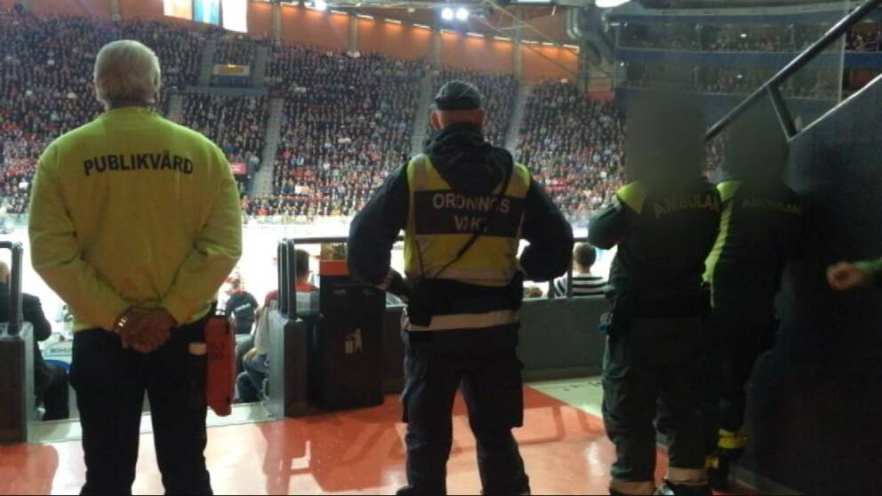 Ambulanspersonalen bär Västra Götalandsregionens uniform men är där privat.