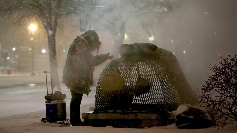 En hemlös kvinna i Washington försöker hålla sig varm.
