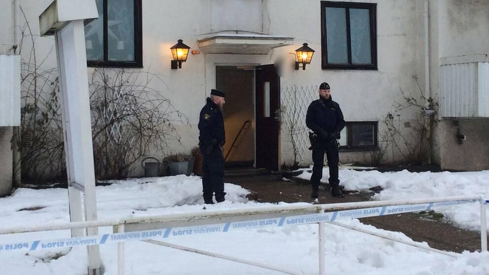 Tumult uppstod på ett HVB-hem i Mölndal på måndagsmorgonen och en ung kvinna har blivit knivskuren.