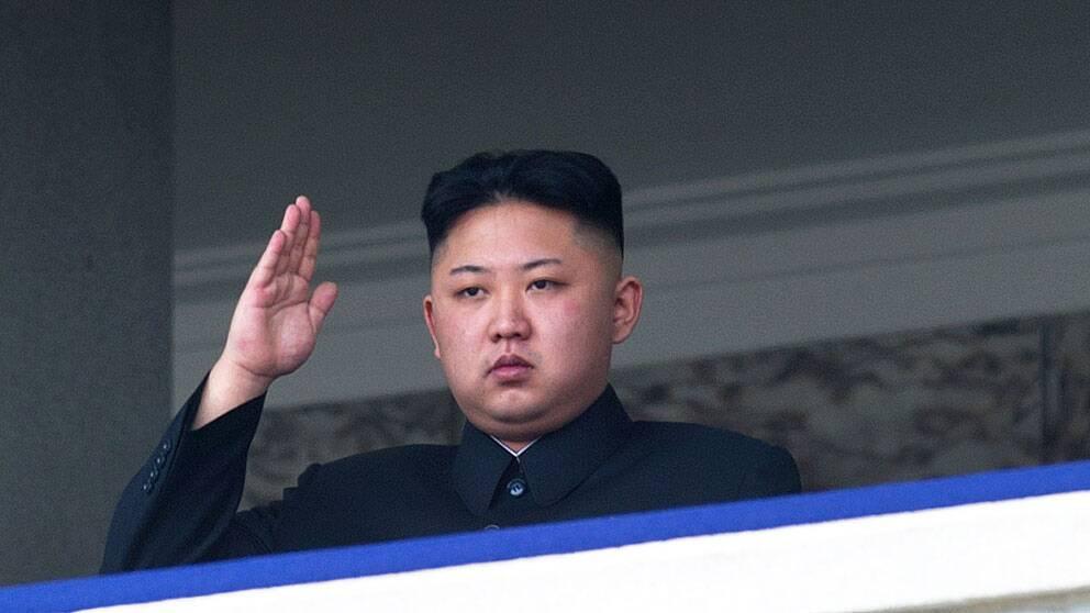 Kim Jong-Un tittar på en militärparad.