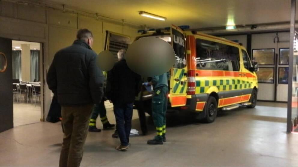 Ambulanspersonalen hjälper en äldre man under en Frölundamatch.