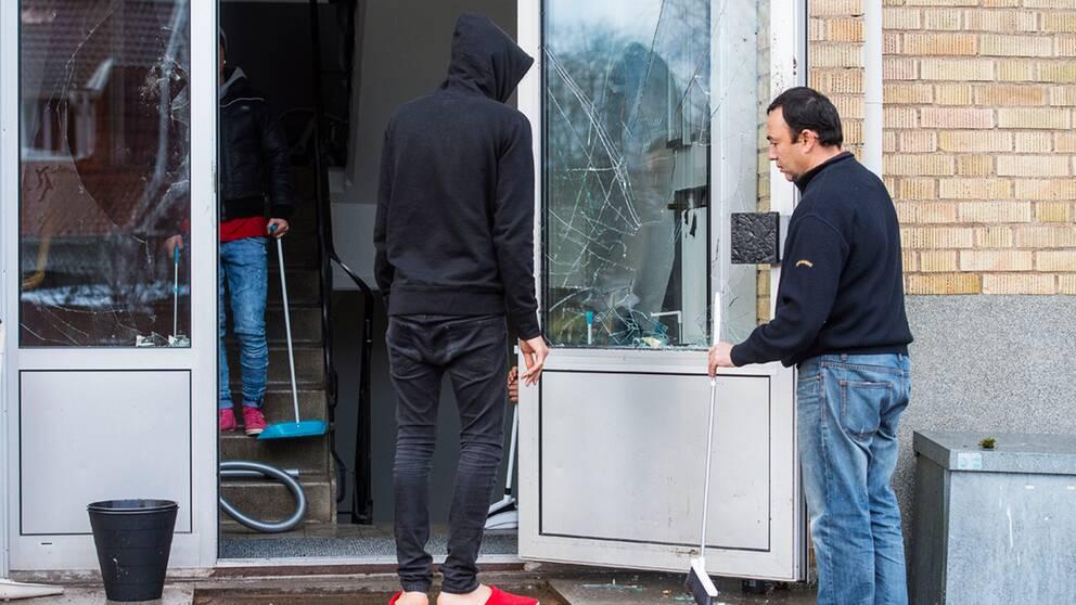 Personalen kände sig tvungen att låsa in sig när ett storbråk uppstod på ett boende för ensamkommande barn i Lindås i Emmaboda kommun på onsdagskvällen. Nu är 19 personer misstänkta för våldsamt upplopp.