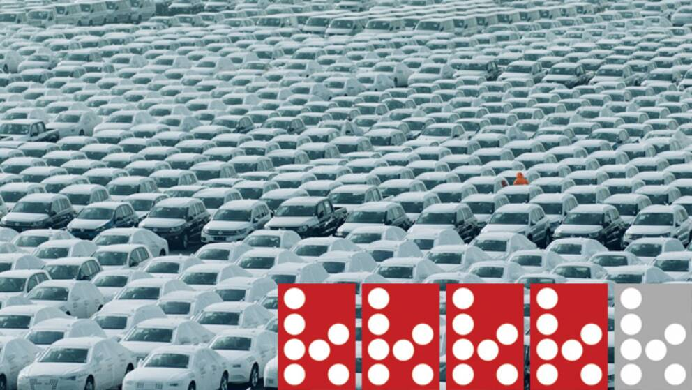 Huvudpersonen i Yarden i ett hav av bilar vid hamnen i Malmö.
