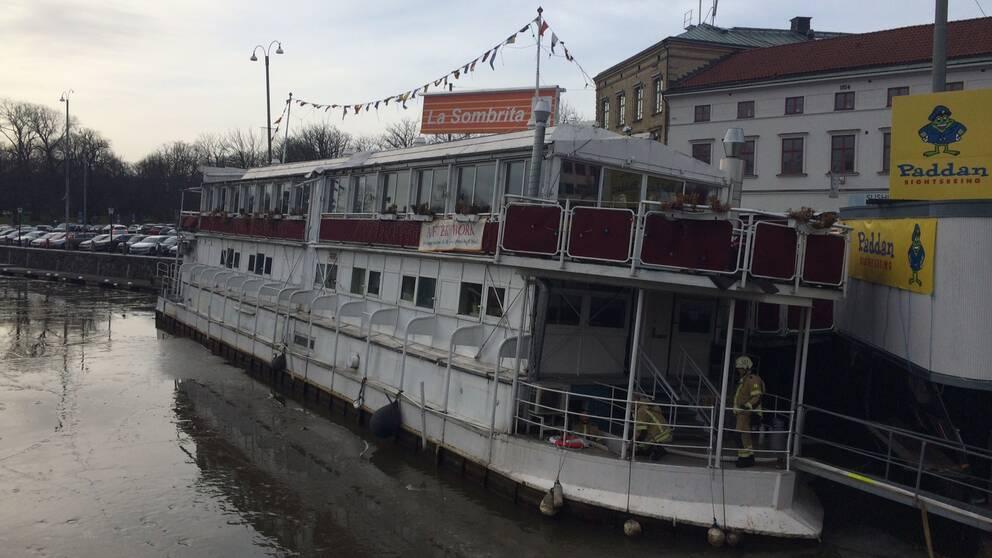 Restaurangbåten La Sombrita som ligger i centrala Göteborg tar in vatten.