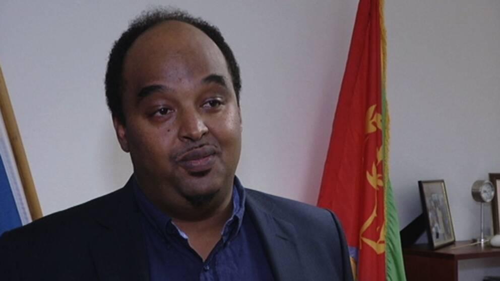 SVT har intervjuat Sirak Bahlbi på den eritreanska ambassaden i Stockholm som tillbakavisar uppgifterna om påtryckningar.