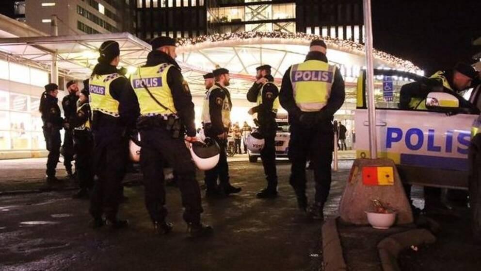 Stor polisinsats vid centralen i Stockholm på fredagskvällen.