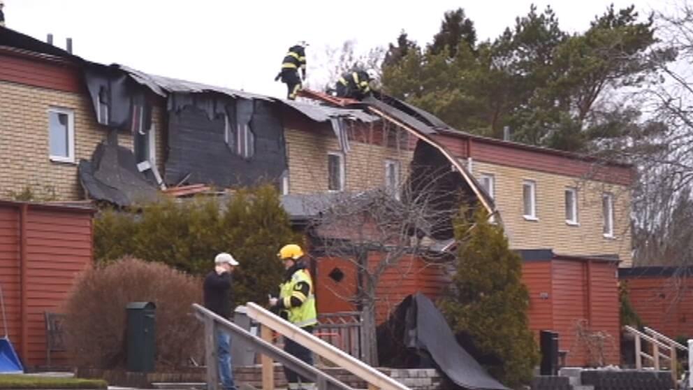 Takplåten på ett radhus i Oxelösund vid Södermanlandskusten blåste av i samband med de mycket hårda vindbyarna (kanske till och med stormbyar) som svepte förbi där den 28 januari.
