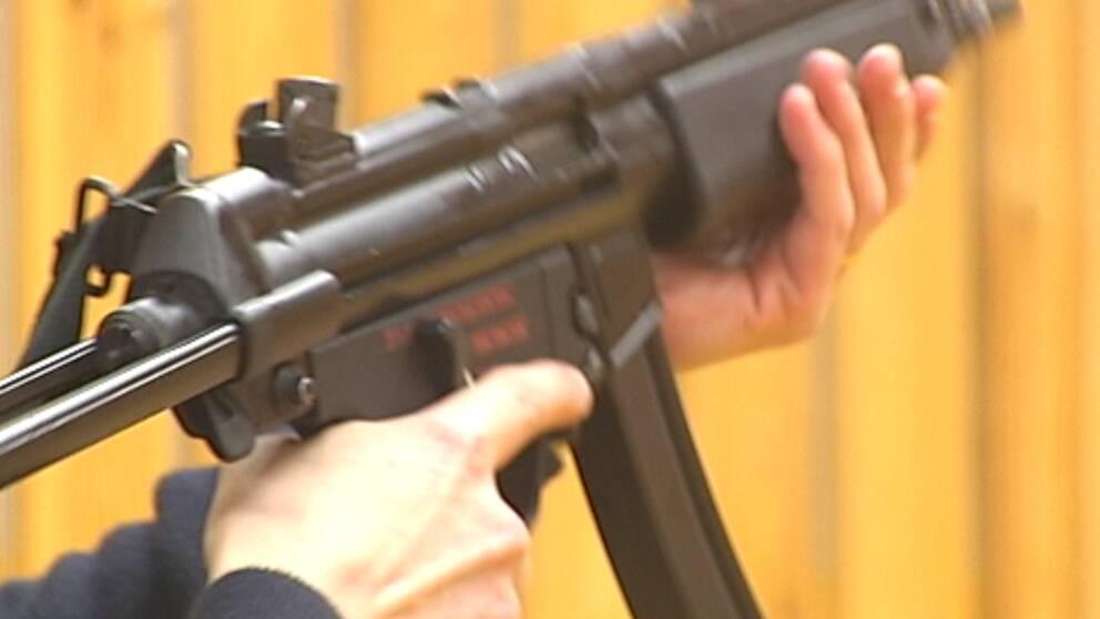 Polis avlossade automatvapen i polishuset och riskerar nu en varning. Händelsen inträffade när polisen skulle låsa in vapnet.