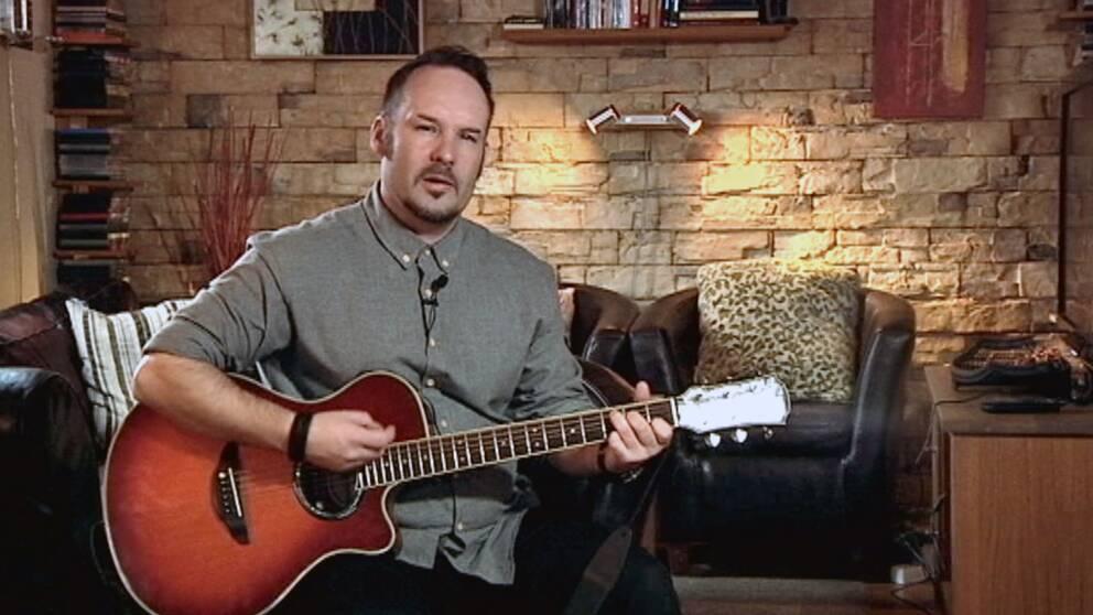 """Janne Löfgren spelar """"Testamente"""" – låten är formulerad som ett brev till en pappa som försvann."""