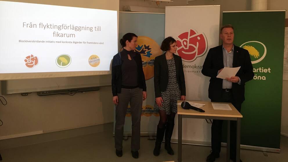 Landstingsråden Bertil Kinnunen (S), Malena Ranch (MP) och Lina Nordquist (L) på presskonferensen.