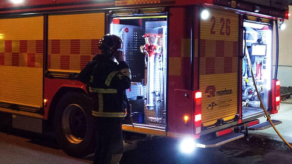 Tva lastbilar i krock brandman till sjukhus