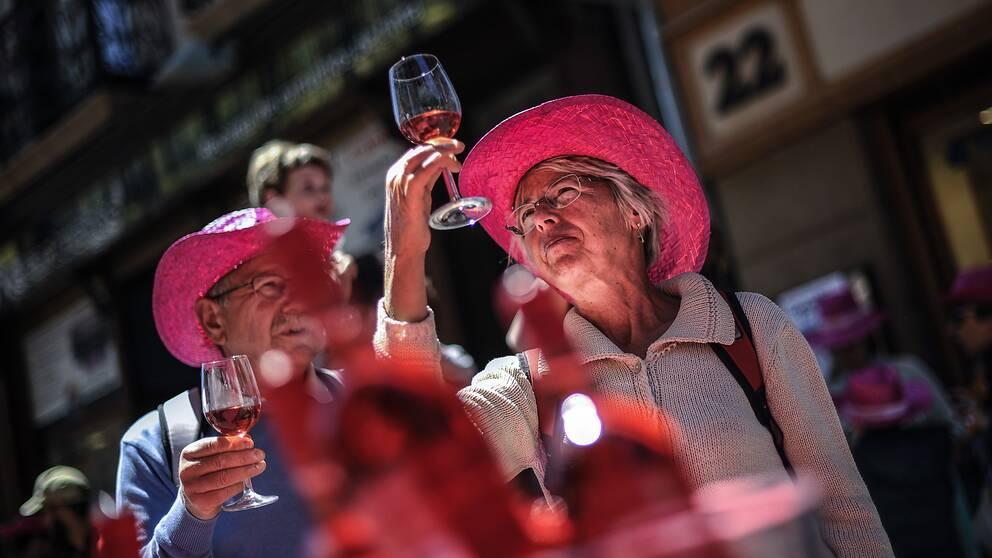 Ett äldre par provar rosévin.