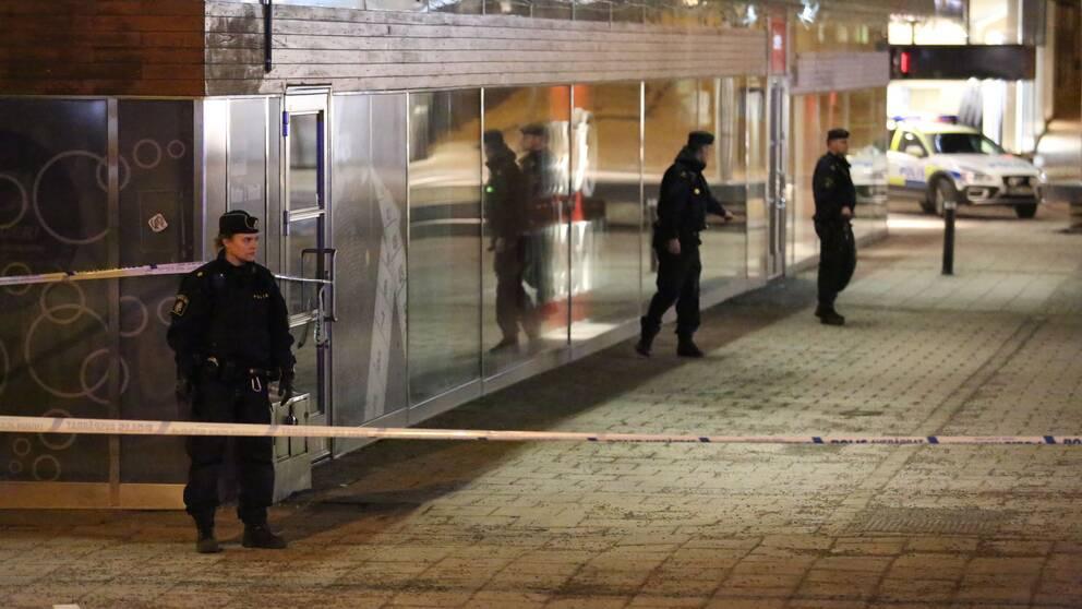 Knivman skots av polis allvarligt skadad
