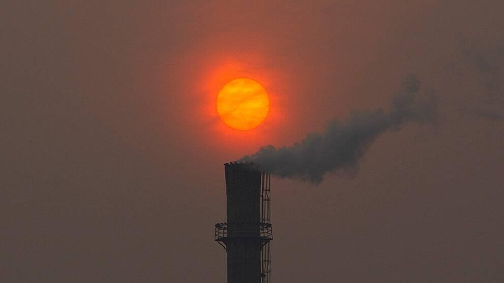 En skorsten på ett värmeverk i Peking.