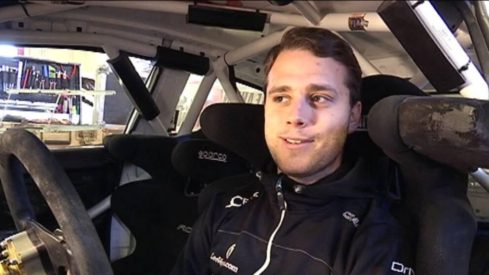 Fredrik Åhlin i sin bil