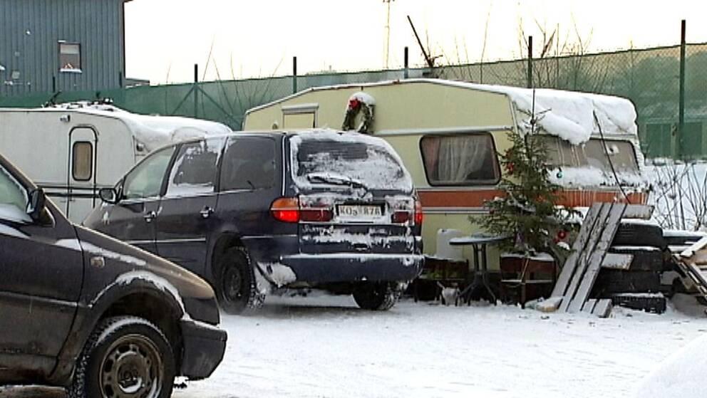 Husvagnar och bilar i migranternas läger på Södra kajen i Sundsvall.