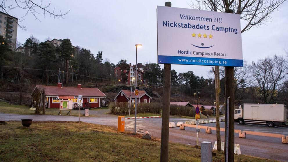 I bilarna hittades påkar, knivar, järnrör och yxor. När männen greps befann de sig inte långt från ett asylboende i vid Nicksta Camping (bilden) i Nynäshamn som polisen misstänker var målet för en attack.