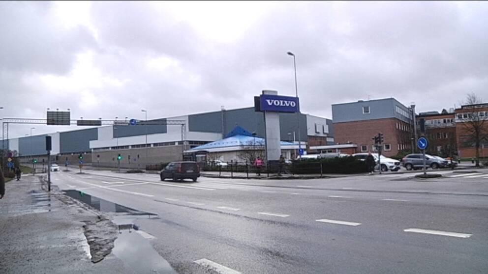 Bild av äldre volvobil som kör framför Volvofabriken.