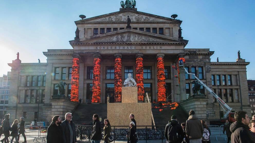Flytvästar runt pelarna på Berlins konserthus.