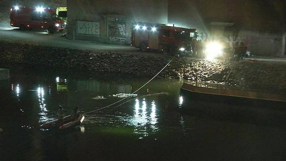 Bil åkte ner i kanal och nu anmäls händelsen.
