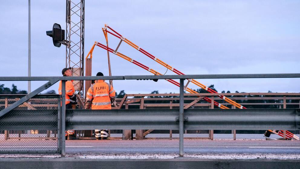 En av bommarna som forcerades på motorvägsbron i Södertälje.