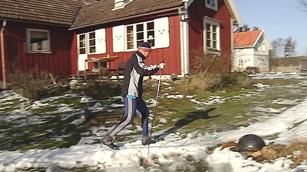 Tommy Bengtsson åker runt sitt hus på skidor.