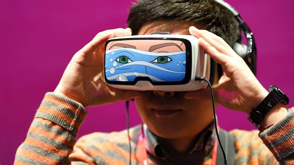 En pojke testar Oculus vr-headset på mässan i Barcelona.