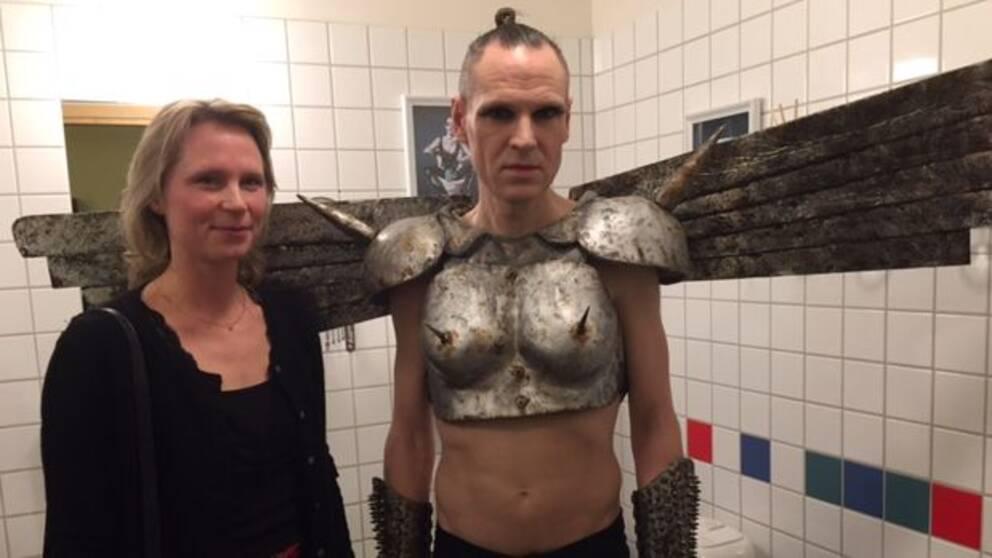 Annika Skoglund och Tobias Bernstrup invigde den nya hen-toaletten.