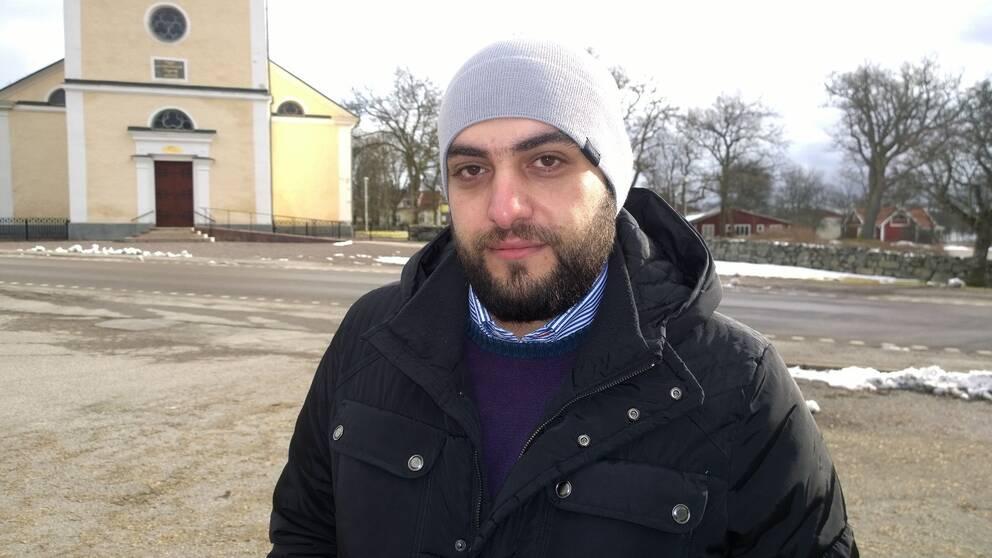 Tarek Alkhoudy framför kyrkan i Åseda