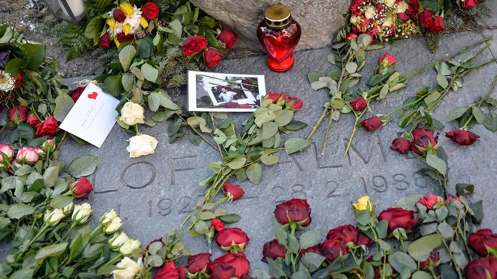 Rosor, ljus och minneskort vid Olof Palmes grav vid Adolf Fredriks kyrka i Stockholm på söndagsmorgonen.
