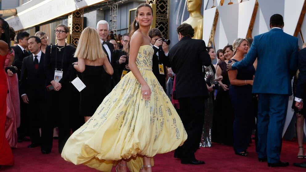 Alicia Vikander anländer till Oscarsgalan 2016.