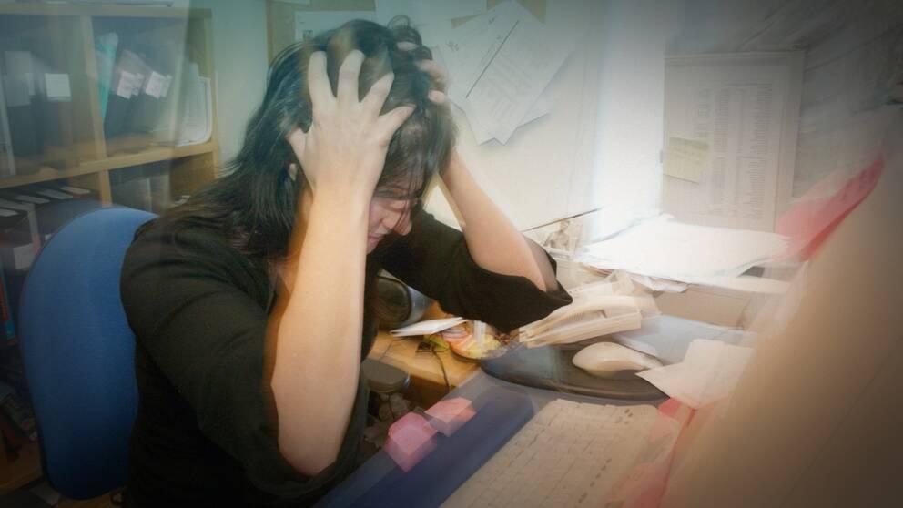 Stressad kvinna i kontorsmiljö