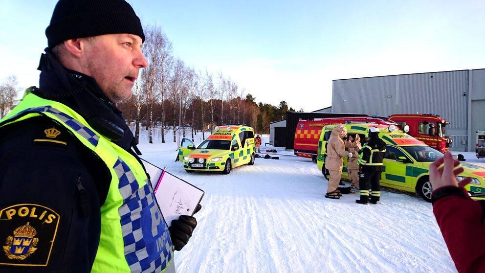 Ett stort pådrag drogs igång efter larm om brev med vitt pulver hos ett företag på Frösön, Östersund. Lars Olsson är polisens insatschef.
