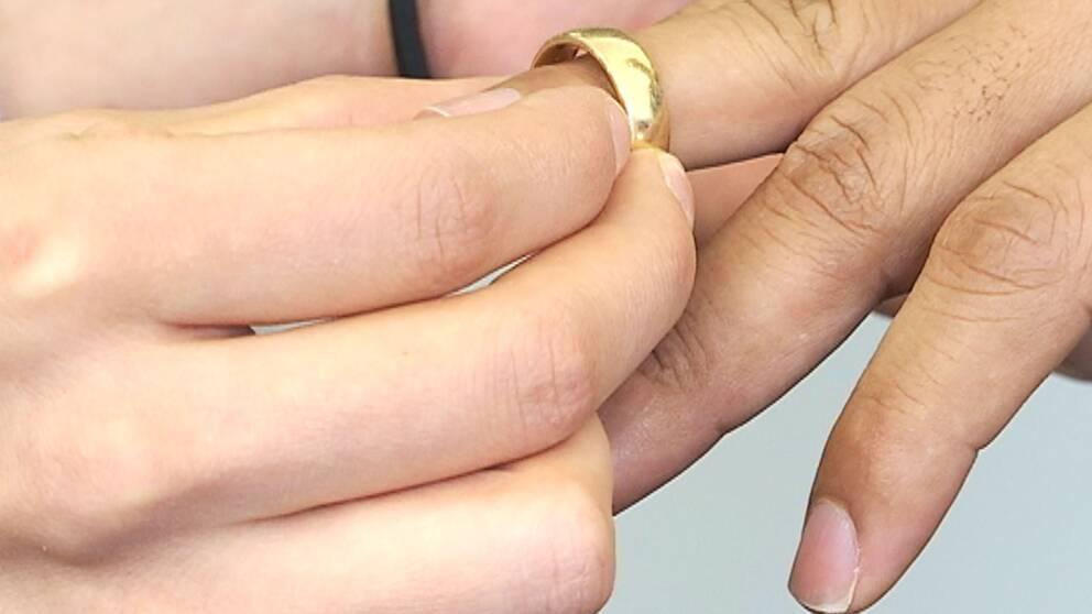 Person sätter ring på annans finger